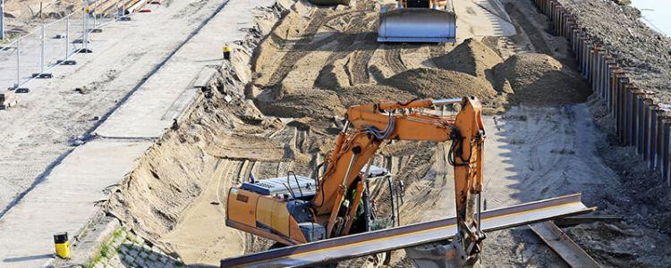 Rozbiórka krawężników betonowych, rozebranie poręczy stalowych, sadzenie krzewów i drzew liściastych, ręczne rozścielenie kory na terenie płaskim, ustawienie słupków do znaków, ręczne wbijanie pali drewnianych w grunt, ręczne kopanie i zasypywanie rowów dla kabli polegają na wykonywaniu pracy w sposób określony w art. 22 § 1 Kodeksu pracy
