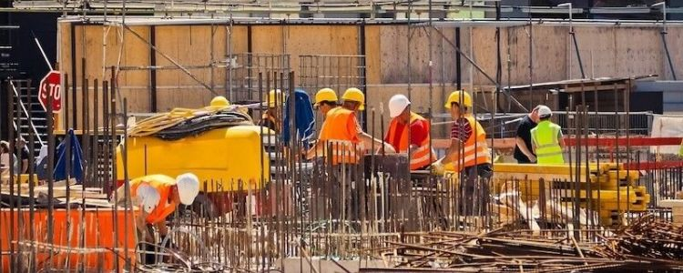 W jakich sytuacjach wykonawca jest obowiązany zawiadomić zamawiającego, że projekt budowlany jest wadliwy?
