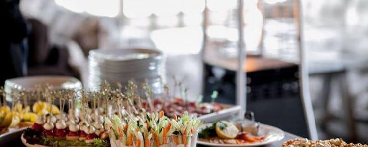 Czy wartość zamówienia na dostawę pieczywa, wędlin, wędzonych ryb oraz owoców i warzyw podlega sumowaniu?